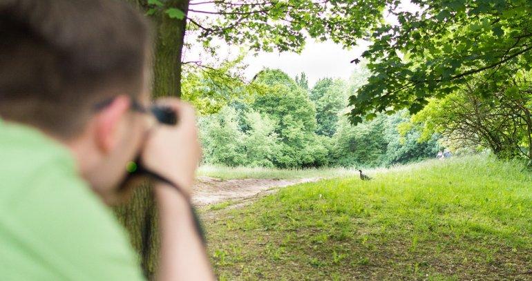 Ornitolog w Poznaniu obserwujący ptaki podczas wiosennych i jesiennych przelotów.